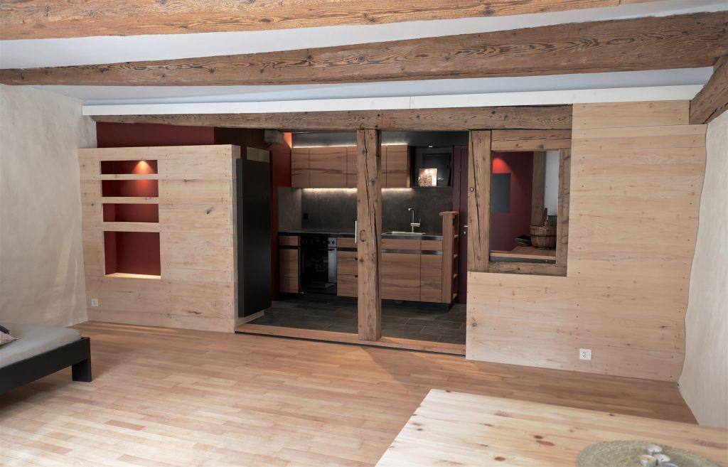 Umbau Spiegelgasse Brugg, 2. Obergeschoss Süd, Erweiterung Eingang, Massivholz-Küche, Wandverkleidungen Lindenholz, Holzbalkendecke restauriert