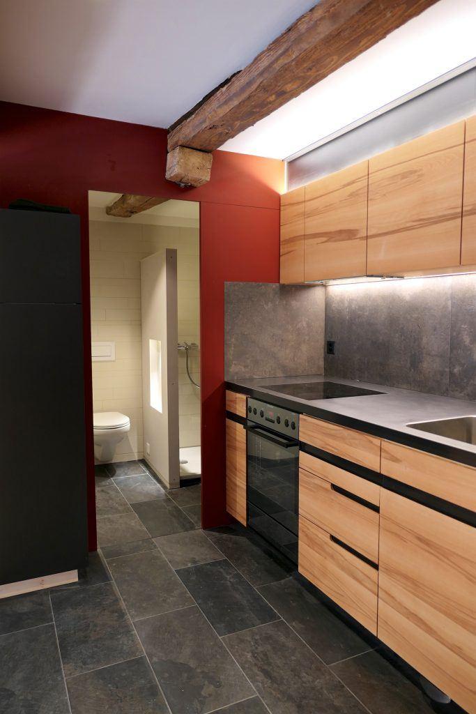 Umbau Spiegelgasse Brugg 2. Obergeschoss Süd, Massivholzküche, Chromstahlabdeckung, Rückwand Grossformat-Keramikplatten