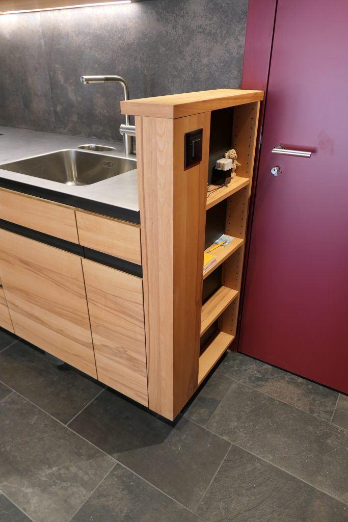 Umbau Spiegelgasse Brugg 2. Obergeschoss Süd, Massivholz-Küche, Möbel mit Ladesteckdose für Geräte