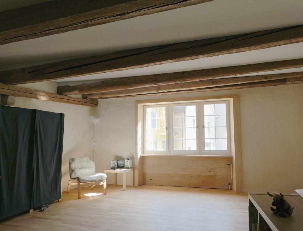 Umbau Spiegelgasse Brugg 2. Obergeschoss Süd, Fensterfutter Lindenholz, Holzbalkendecke restauriert, Buchenparkett geölt