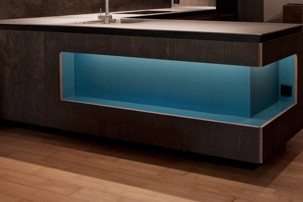 Umbau Spiegelgasse Brugg Küche 3. Obergeschoss Fronten, Wiederverwendung Buchensperrholz, schwarz geölt, Nischen blaues Glas, LED-Beleuchtung