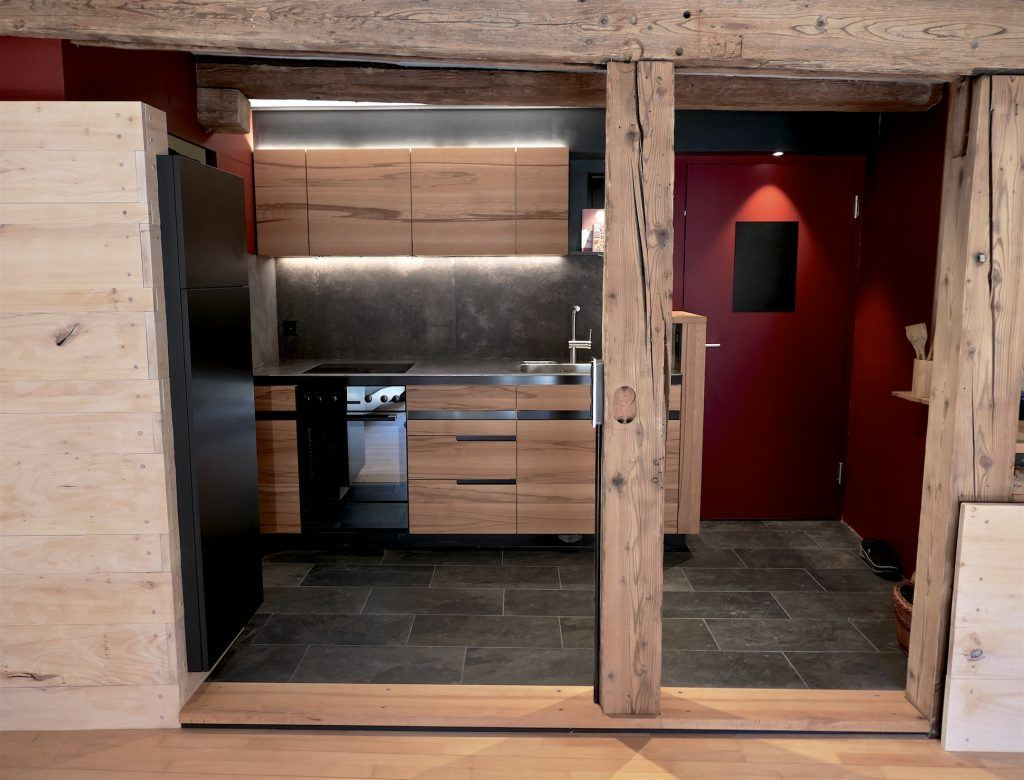 Umbau Spiegelgasse Brugg 2. Obergeschoss Süd, Erweiterung Eingang, Massivholz-Küche