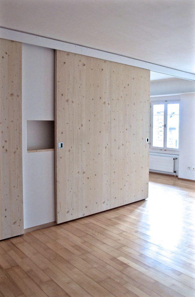 Umbau Spiegelgasse Brugg 3. Obergeschoss, Unterteilung eines Zimmers durch Wand mit eingebauten Möbeln und Schiebetür, Ansicht Schlafzimmer