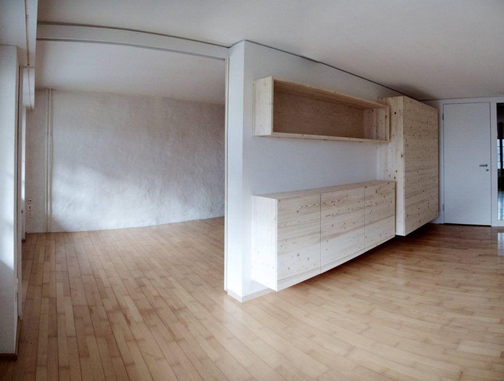Umbau Spiegelgasse Brugg 3. Obergeschoss, Unterteilung eines Zimmers durch Wand mit eingebauten Möbeln und Schiebetür