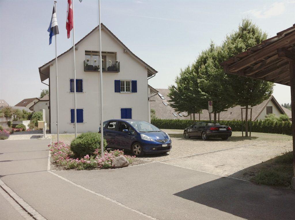 Gemeindehaus Habsburg von Westen mit Parkplatz - zukünftiger Dorfplatz