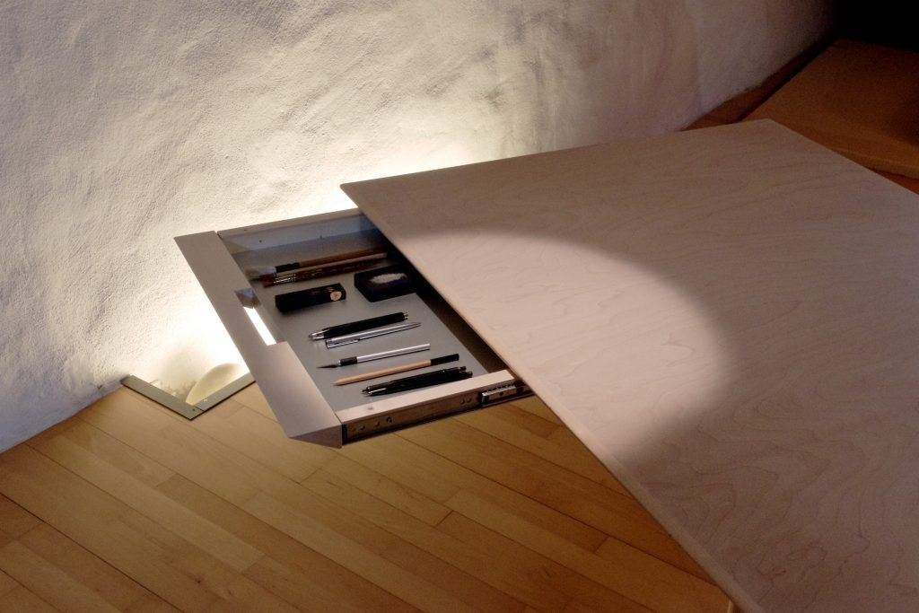 Tisch adb mit intergreierten Schubladen