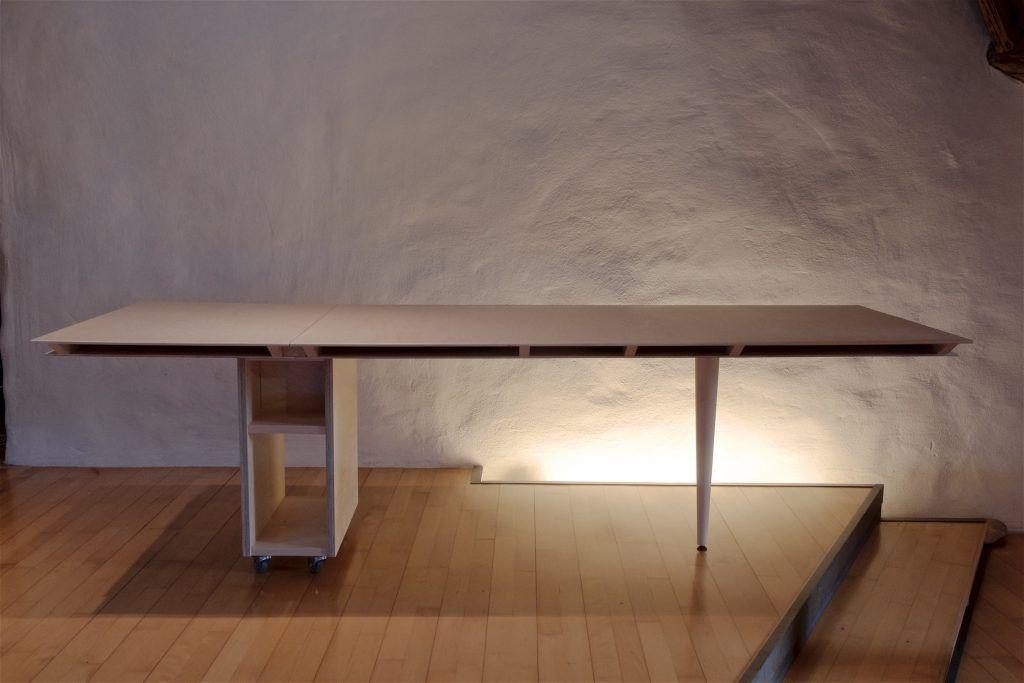 Tischblatt als Sperrholz-Rippenkonstruktiion auf konischem Tischbein und Rollkorpus
