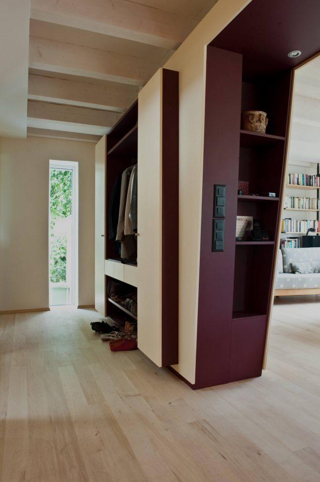 Umbau Einfamilienhaus Umiken Garderobe als Teil der verkleideten Abfangkonstruktion