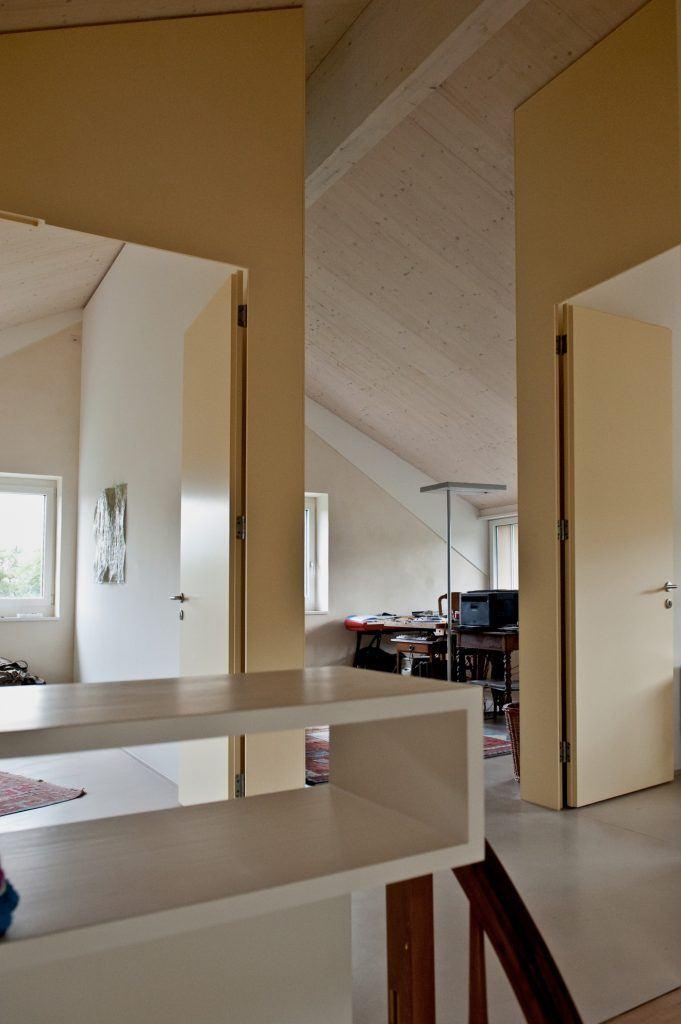 Umbau Einfamilienhaus Umiken Gang Obergeschoss | Leiuchtbauwände mit überhohen Türen