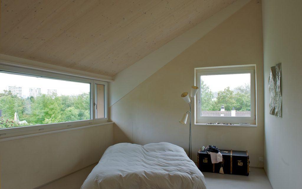 Umbau Einfamilienhaus Umiken Zimmer Obergeschoss mit grosszügigen Fenstern