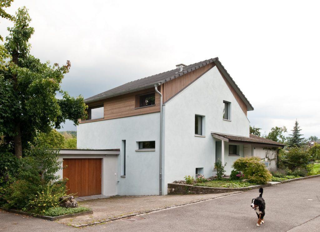 Umbau Einfamilienhaus Umiken Nordfassade | Ablesbare Aufstockung in Holz