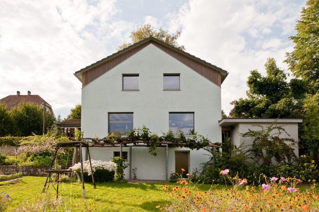 Umbau Einfamilienhaus Umiken Südfassade | ablesbare Aufstockung und Angleichung der Fensterproportionen
