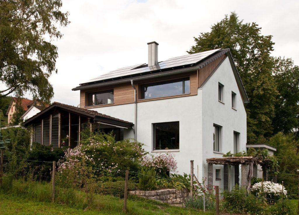 Umbau Einfamilienhaus Umiken Westfassade mit neuen Fenstern gegen Westen
