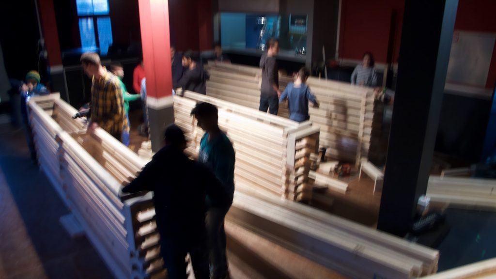 Zusammenbau der Bartheken aus Holzlatten durch Schüler