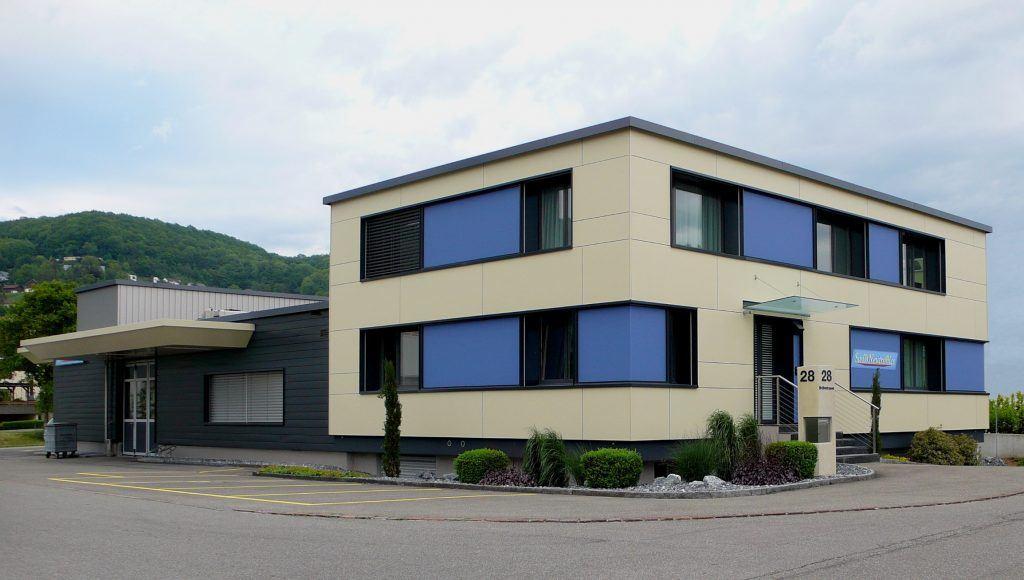 Ansicht Norwest | Fensterbänder mit blauen Glas-Zwischenfeldern | Grossformat-Eternitplatten