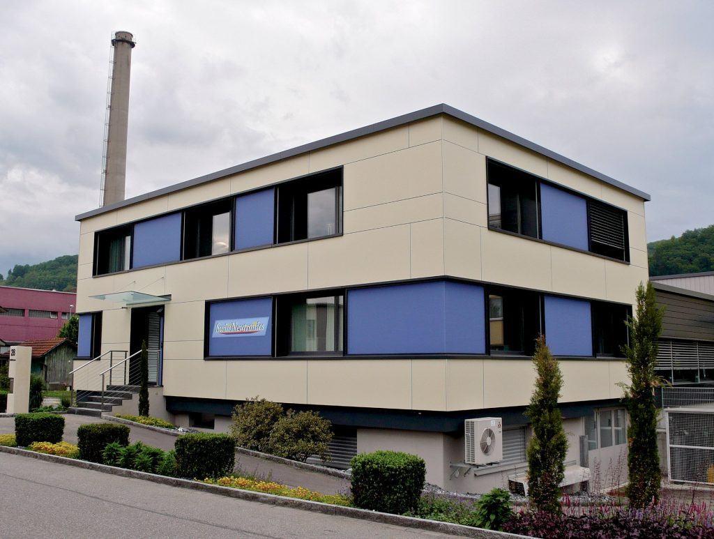Ansicht Süd | Fensterbänder mit blauen Glas-Zwischenfeldern | Grossformat-Eternitplatten