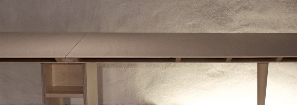 Tischblatt als Sperrholz-Rippenkonstruktiion auf konischem Tischbein und Rollkorpus mit Verlängerung