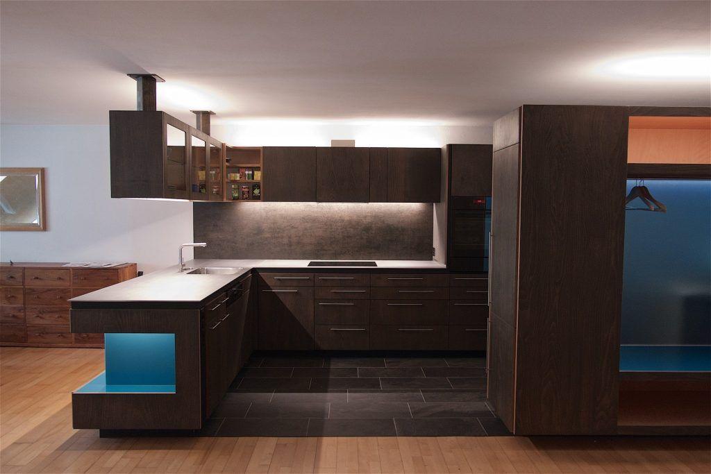 Umbau Spiegelgasse Brugg Küche 3. Obergeschoss Fronten, Wiederverwendung der Fronten aus Buchensperrholz, schwarz geölt, Nischen blaues Glas, LED-Beleuchtung, Garderobe mit Reduit