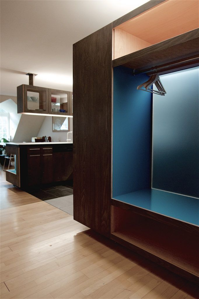 Umbau Spiegelgasse Brugg Küche 3. Obergeschoss Garderobe aus Buchensperrholz, schwarz geölt, Nische blaues Glas, hinterleuchtet, LED-Beleuchtung, Garderobe mit Reduit